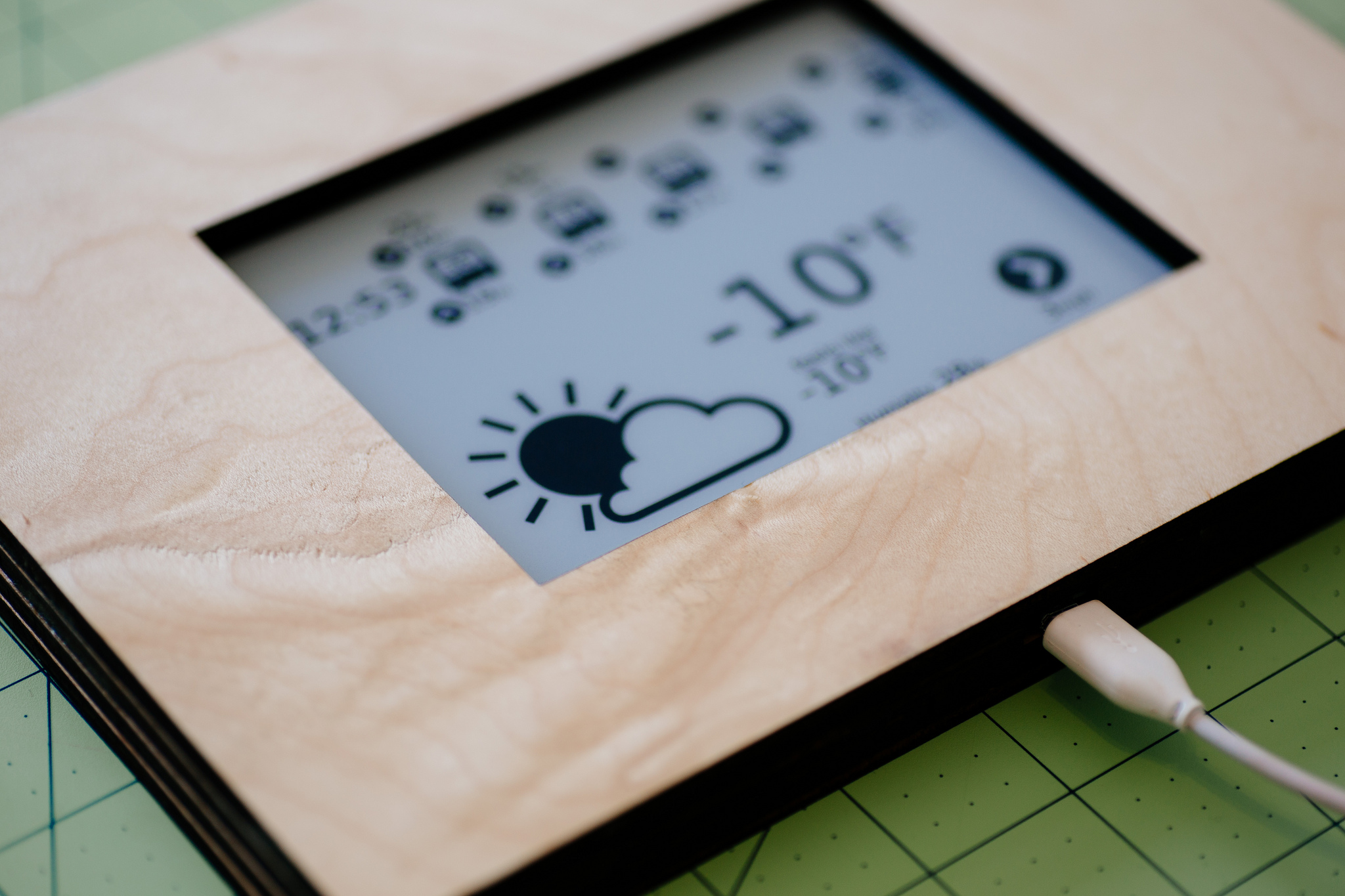 Image of the kindle weather and arrival times display, in a wood frame.